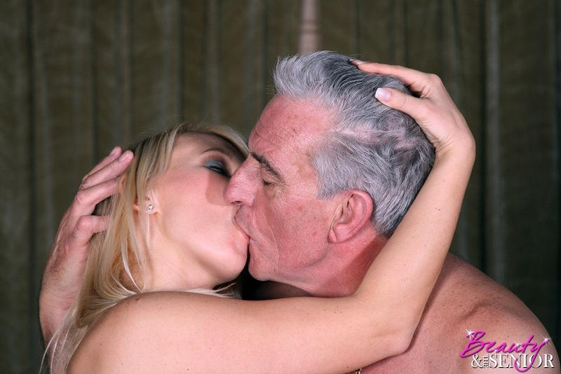 традиционно хороши молодая целуется со стариком недавно